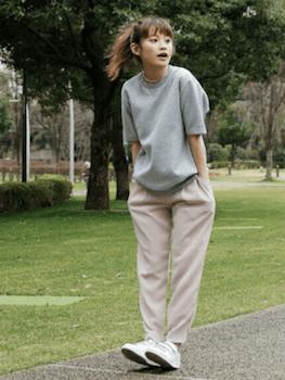 1ピンクのジョガーパンツ×グレーのTシャツ