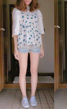 2花柄のキャミソール×ボートネックTシャツ×ショートパンツ