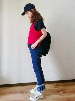 5赤のキャミソールのコーデ×黒Tシャツ×ジーンズ