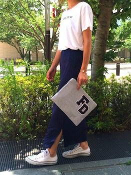 5スリットスカート×プリントTシャツ×スニーカー