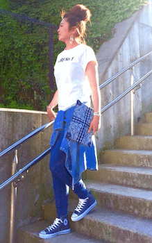1デニムのジョガーパンツ×プリントTシャツ×デニムシャツ