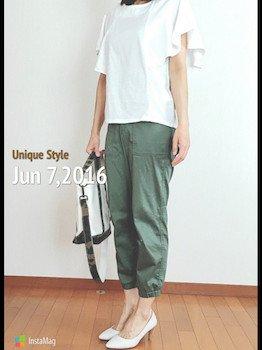 7カーキのジョガーパンツ×袖フリルTシャツ