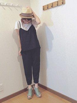 10ネイビーのジョガーパンツ×白Tシャツ×キャミソール