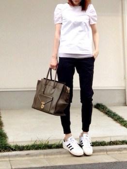 9ユニクロのジョガーパンツ×白Tシャツ×スニーカー