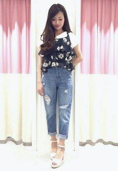 6花柄のキャミソール×白Tシャツ×ジーンズ