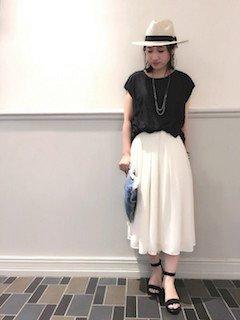 8白のスカーチョ×黒のフレンチスリーブ×白ハット