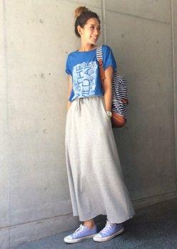 コンバースのスニーカー×カラープリントTシャツ×マキシスカート