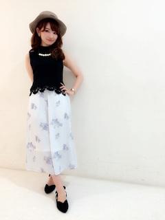6花柄のスカーチョ×黒のノースリーブ
