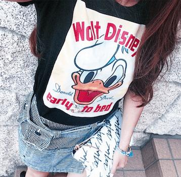 6キャラTシャツ×デニムミニスカート×クラッチバッグ