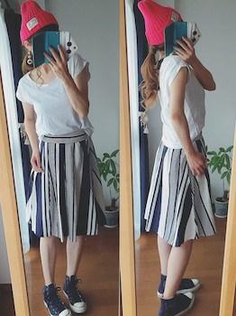 コンバースのスニーカー×フレンチスリーブTシャツ×ミモレ丈スカート