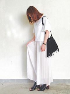 7白のスカンツ×ボートネックTシャツ