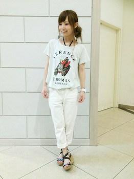 12キャラTシャツ×白デニムパンツ×厚底サンダル
