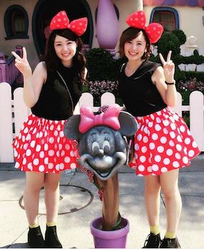 10ミニーマウスワンピース×リボンカチューシャ×ディズニー双子コーデ