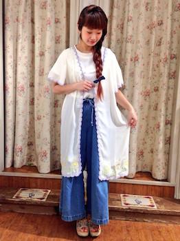 刺繍入りのサマーカーディガン×白のインナー×ワイドパンツ×サンダル
