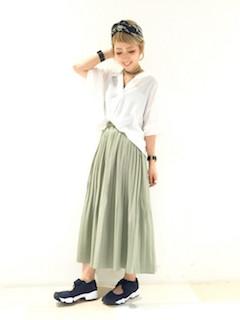3カーキのスカーチョ×白シャツ