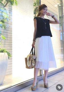 3白のスカーチョ×黒のフレンチスリーブ