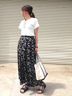 5 guのスカーチョ×白Tシャツ×フラットサンダル