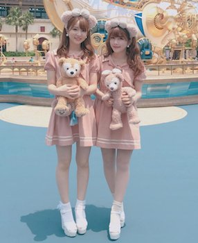 11ポロシャツミニワンピース×白ハイヒール×ディズニー双子コーデ