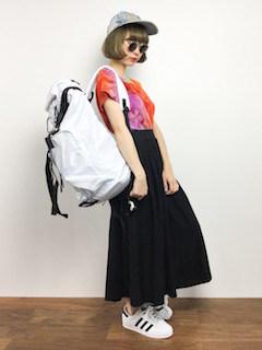 1スカーチョ×カラーTシャツ×リュック