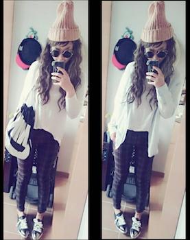 2チェックのスキニーパンツ×白長袖Tシャツ×ニット帽子