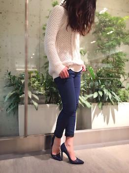 7ネイビーのスキニーパンツ×白セーター