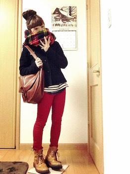 8赤のスキニーパンツ×カーディガン×マフラー