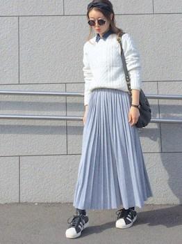 2グレーのプリーツスカート×白ニット×スニーカー