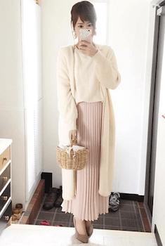 11ピンクのプリーツスカート×白ニット×ロングカーディガン