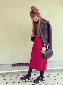 10赤のプリーツスカート×ライダースジャケット×スニーカー
