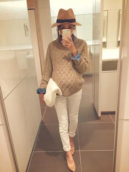 セーター×デニムシャツ×白デニムパンツ