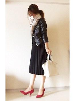 7黒のプリーツスカート×ライダースジャケット×赤いハイヒール