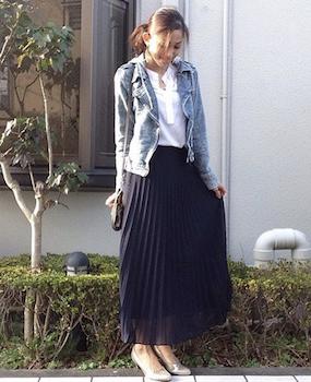 7ネイビーのプリーツスカート×白シャツ×デニムジャケット