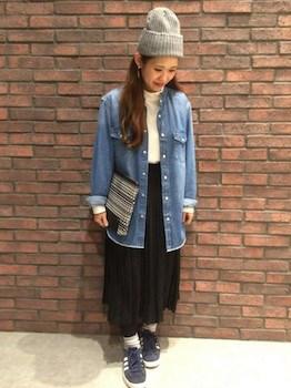 5黒のプリーツスカート×デニムシャツ×ニット帽子