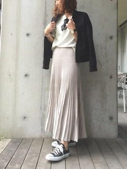 8グレーのプリーツスカート×白Tシャツ×レザージャケット