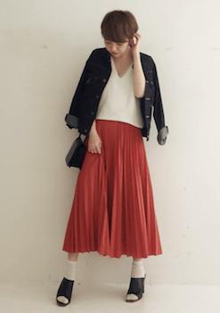 8赤のプリーツスカート×Vネックニット×Gジャン
