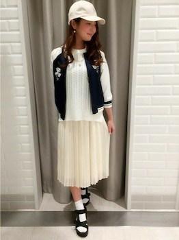 6白のプリーツスカート×白ニット×スカジャン