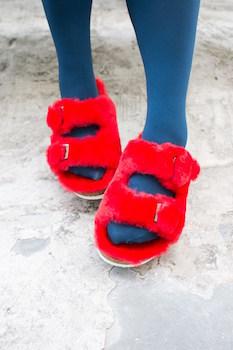 赤のファーサンダルの履き方