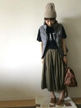 ニット帽×ダウンベスト×フレアスカート