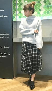 エナメルシューズ×セーター×ヘムスカート