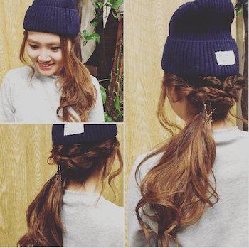 ネイビーニット帽×ゆる三つ編みのニット帽に合う髪型