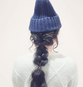 ダークブルーニット帽×編み込みテールのニット帽に合う髪型