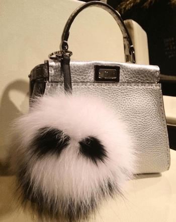ファーチャーム×レザーハンドバッグ