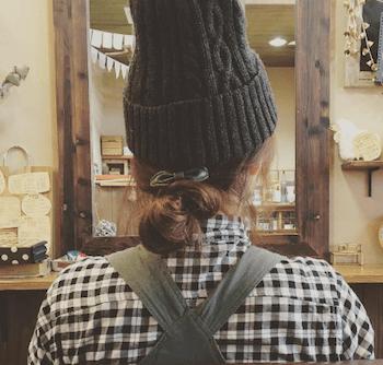 黒ニット帽×スモールシニヨンのニット帽に合う髪型