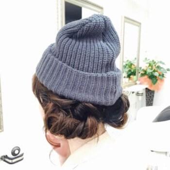 ライトグレーニット帽×くるりんぱショートのニット帽に合う髪型