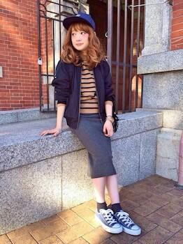 キャップ×ボーダーTシャツ×タイトスカート