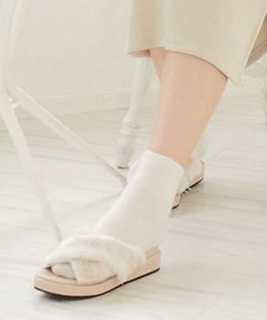 白色の靴下×白色ファースリッパサンダル