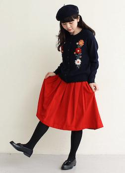 刺繍入りニット×赤フレアスカート×ベレー帽