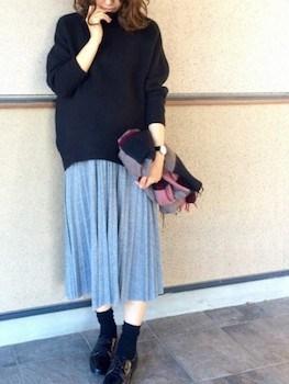 グレーのプリーツスカート×セーター×革靴