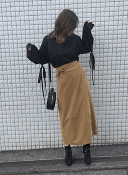 ラップ風スカート×黒ニット×レースアップブーツ