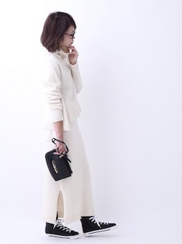 ウォレットバッグ×白色オフタートル×白色タイトスカート